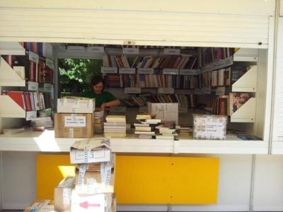 Recogiendo la caseta de la UNE en la Feria del Libro de Madrid