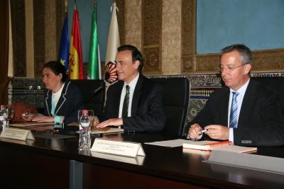 De izquierda a derecha, Mª Teresa Sánchez , José Carlos Gómez Villamandos y Carlos Márquez, durante la inauguración de las jornadas