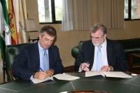 Diego Palacios (izq) y Jose Manuel  Roldán, durante la firma.