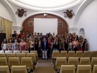 Los alumnos en el aula magna tras el acto de recepción