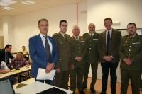 Autoridades académicas y militares asistentes a la conferencia