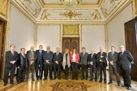 La presidenta andaluza,  Susana Díaz, con los rectores y otras autoridades de la Junta momentos antes de comenzar la reunión