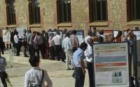 Vista general de las conversaciones de los investigadores durante la sesión de pósters