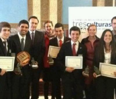 Los campeones junto al vicerrector de Postgrado y a presidenta del Consejo Social