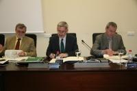 Un momento de la firma del convenio. En la imagen el rector de la UCO, José Manuel Roldán y los consejeros Antonio Ávila y Francisco Álvarez de la Chica
