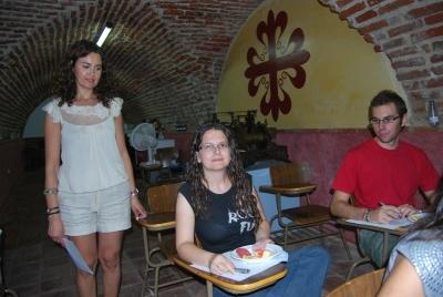 En la foto, la doctora en Veterinaria Carmen Mª Mata, explica la forma de realizar una cata.