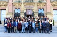 Foto de familia de autoridades académicas y alumnado galardonado