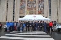 Foto de familia de autoridades, representantes de entidades patrocinadoras y  los participantes en el Panda Raid