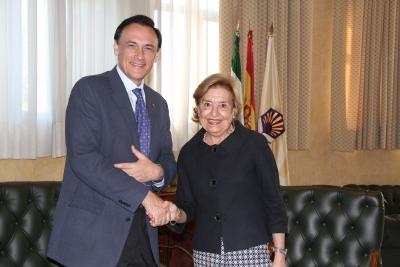 José Carlos Gómez Villamandos y Mª Dolores Vallecillo se saludan tras la firma del acuerdo