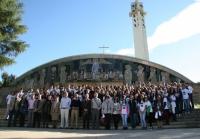 Asistentes e investigadores ante el salon de actos del campus de Rabanales