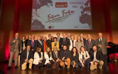 Foto de familia de autoridades y premiados y participantes en el III Consejo Abierto