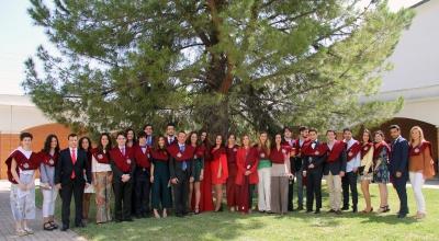 Foto de familia de las autoridades y los colegiales distinguidos.