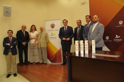 Foto de familia de los representantes de las tres instituciones firmantes del acuerdo