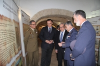 El rector de la Universidad de Córdoba, acompañado de autoridades durante el recorrido realizado a lo largo de la exposición de Ibn-Firnás en el Alcázar de los Reyes Cristianos.