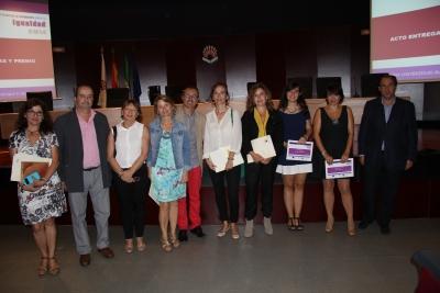 Foto de familia de las ganadoras, autoridades e integrantes de la comunidad universitaria, tras la entrega de premios.