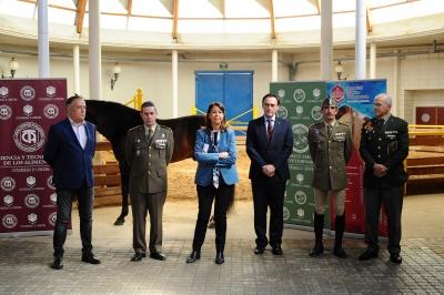 Foto de familia de autoridades en un momento de la presentación