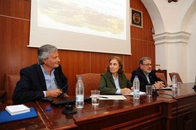 De izqda. a dcha. Rafael Mata Olmo, Mª Dolores Muñoz Dueñas y José Naranjo