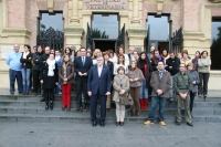 Asistentes al acto contra la violencia de género convocado a las puertas del Rectorado