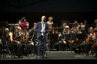 Luis Medina dando la bienvenida a la comunidad universitaria y a la Orquesta de Córdoba