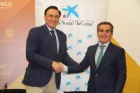 José Carlos Gómez Villamandos y Rafael Herrador se saludan tras la firma del convenio.