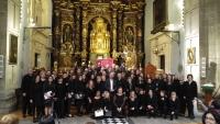 En el centro, Luis Medina, con los integrantes del Coro Averroes.