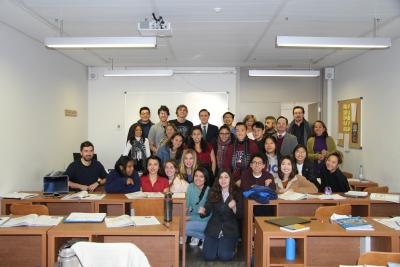 El rector en el centro, junto a la vicerrectora, personal del centro y alumnado