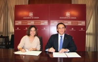 Isabel Ambrosio Palos y José Carlos Gómez Villamandos durante el acto de firma del convenio celebrado en el Ayuntamiento de Córdoba