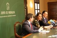 De izqda. a dcha., José Ignacio Expósito, Isabel Ambrosio y el rector José Carlos Gómez Villamandos