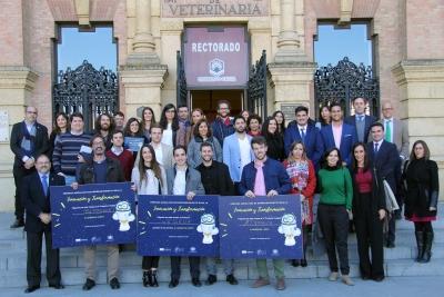 Foto de familia de autoridades, premiados y finalistas