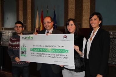 Los representantes de la UCO junto a Antonio Cubero (segundo por la izq) y Coral Martinez (primera a la dcha) con el premio alcanzado