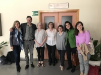 La vicerrectora Rosario Mérida (primera por la izquierda),  con los investigadores Mardel y Krechevsky, la decana de Ciencias de la Educación e integrantes del equipo Córdoba con ojos de infancia.