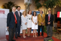 Foto de familia de autoridades y premiados al final del acto