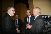 El rector (izquierda) conversa con el decano de Ibn Toffail, en presencia de los responsables del curso
