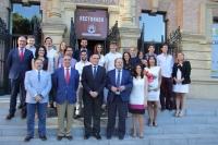 Foto de familia de autoridades y participantes en el programa Yuzz