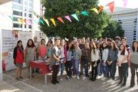 Alumnos visitantes y organizadores de la Feria de Consumo Responsable