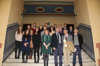 Foto de familia de autoridades, profesorado y estudiantes del máster