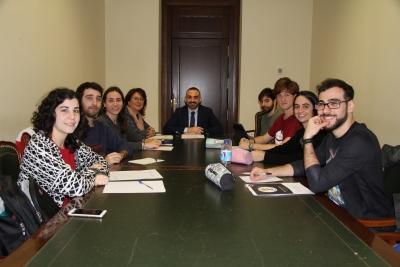 Al fondo de la imagen, el vicerrector Zamorano con la directora general de Estudiantes y Acceso (a la izquierda), y el alumnado UCO-Campus