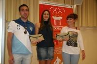 En el centro, Estefanía Rodríguez, haciendo entrega de los premios a Andrés Muñoz y Sara López.