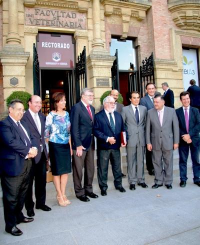 En el centro, el ministro de Agricultura y el rector. Junto a ellos, la presidenta de Diputación, el alcalde y diversas autoridades.