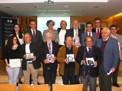 Premios extraordinarios y profesores jubilados, junto a las autoridades académicas en el acto de San Alberto Magno