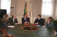De izquierda a derecha, Julia Romero, Antonio Cubero, José Carlos Gómez Villamandos, Ismael Perea y Anabel Carrillo, conversan durante la firma.