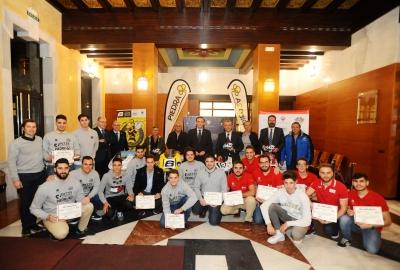 Foto de familia de autoridades académicas, patrocinadores y participantes en el MotoStudent