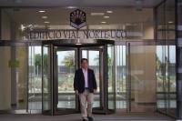 Juan de Dios Torralbo a la entrada del edificio de Ucoidiomas