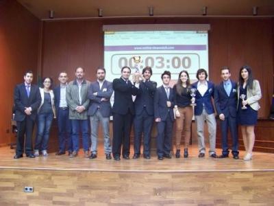 Los dos equipos participantes en la final  junto con los jueces y organizadores