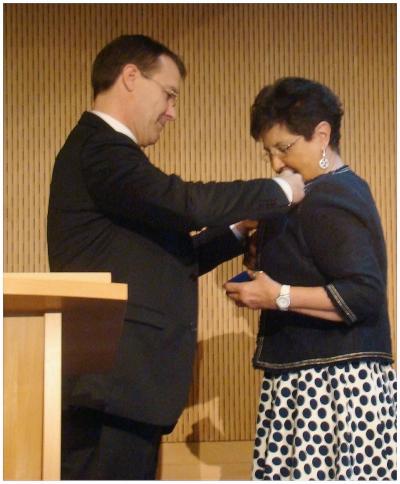 Margarita Clemente recibe la insignia