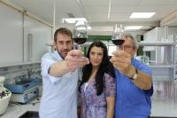 Rafael Peinado, Nieves López de Lerma y José Peinado, con un vino dulce en el que se ha incorporado hollejos de uva para mejorar sus capacidades antioxidantes