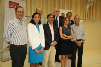 Miembros de los equipos galardonados con la vicerrectora y la presidenta del Consejo  Social