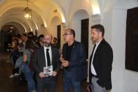 Luis Medina, José Álvarez e Israel Muñoz durante la visita a la exposición