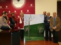 A los dos extremos de la imagen ganadora, Pilar Citoler y Manuel Torres, acompañados por los integrantes del jurado