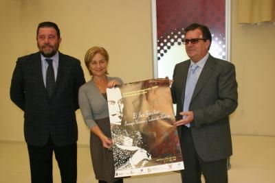 De izq.a dcha Antonio Sánchez, Carmen Galán y Luis Rodríguez con el cartel de las jornadas
